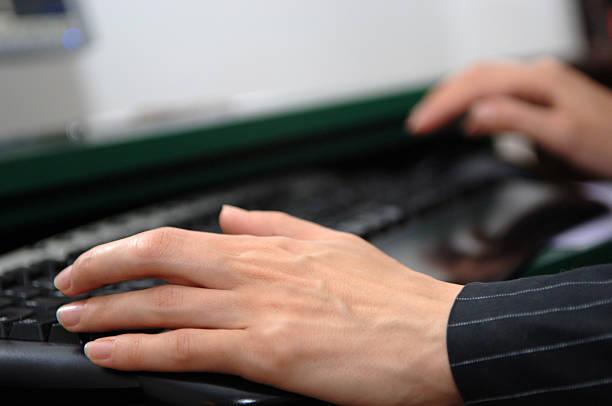 Escribiendo en el teclado de ordenador - foto de stock