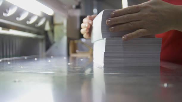 typografie - stapel papier in der nähe von schneidemaschine - porzellan druck stock-fotos und bilder