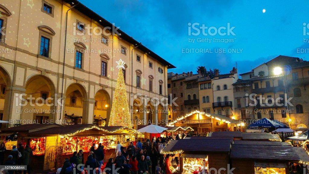 AREZZO, ITALY - NOVEMBER 17, 2018: Tyrolean christmas market in the beautiful Piazza Grande of Arezzo, Tuscany - foto stock
