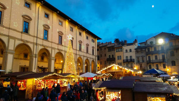 AREZZO, ITALY - NOVEMBER 17, 2018: Tyrolean christmas market in the beautiful Piazza Grande of Arezzo, Tuscany AREZZO, ITALY - NOVEMBER 17, 2018: Tyrolean christmas market in the beautiful Piazza Grande of Arezzo, Tuscany, Italy piazza grande stock pictures, royalty-free photos & images