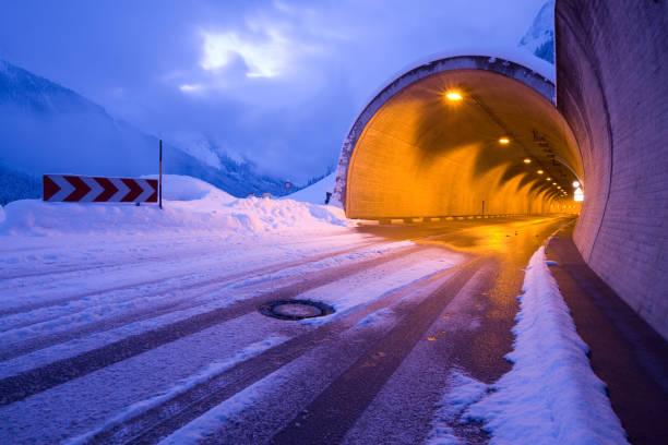 Tiroler tunnel, kalte winter road – Foto