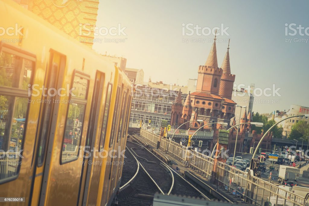 U-Bahn-Zug auf der Oberbaumbrücke in Berlin – Foto