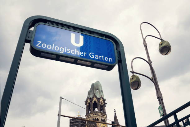 u-bahnstation zoologischer garten u-bahnstation, berlin, deutschland - u bahn stock-fotos und bilder