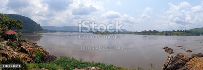 Bangui, Central African Republic: bend and rapids on the Ubangi River - on the opposite riverbank is Zongo, in the Sud-Ubangi Province of the Democratic Republic of Congo, the two cities are linked by ferry. The Ubangi joins the Congo River at Liranga.