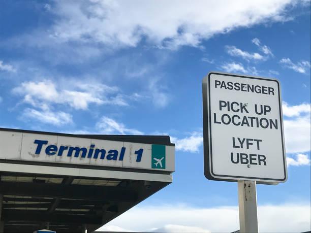 uber en lyft pick-up locatie - airport pickup stockfoto's en -beelden