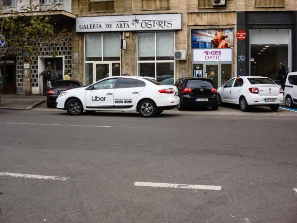 Uber Auto im Verkehr, moderne Stadt Taxi-Service in Bukarest, Rumänien, 2019 – Foto