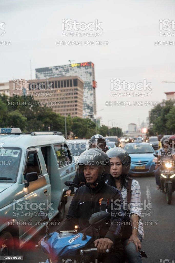 Uber motobike conducteur et le passager dans le trafic de Jakarta - Photo
