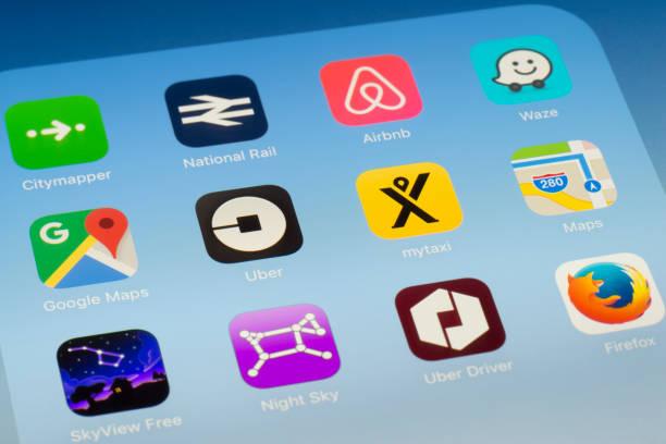Uber, mytaxi y otros viajes Apps en pantalla del iPad - foto de stock