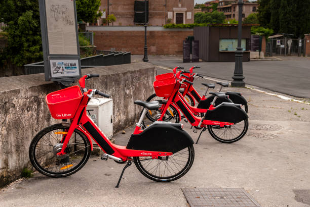 Uber red bikes for bike sharing in Rome. Alternative means of getting around the city of Rome - foto stock