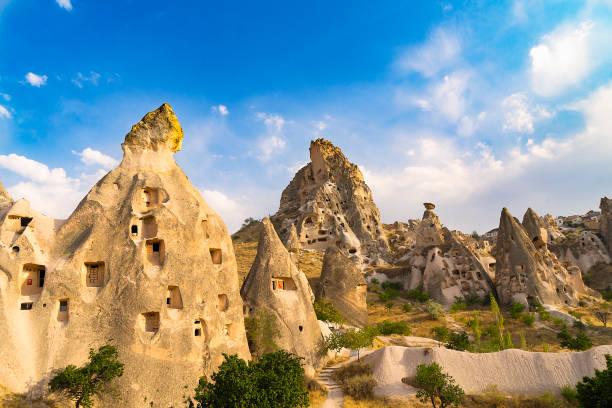 uchisar in cappadocië, turkije - aardpiramide stockfoto's en -beelden