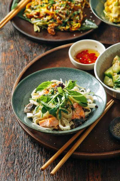 udon macarrão com salmão - comida asiática - fotografias e filmes do acervo