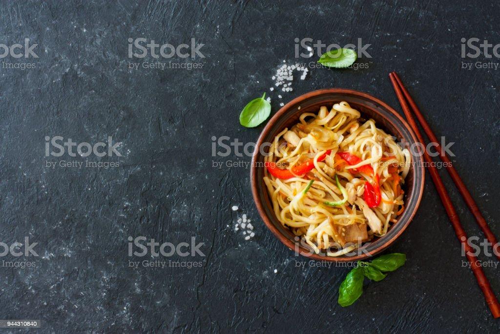 Udon macarrão e legumes, servido na panela de barro - Foto de stock de Almoço royalty-free