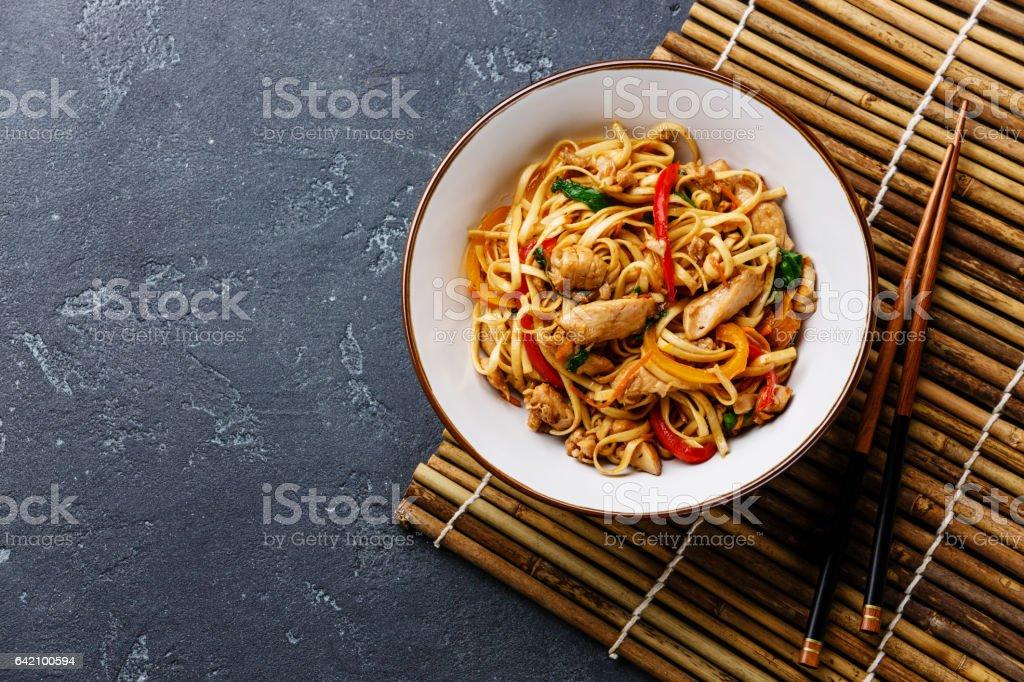 Udon stir-fry noodles with chicken in bowl - Foto de stock de Assado royalty-free