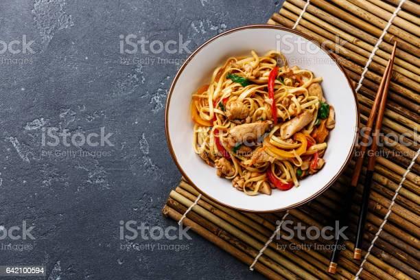 Foto de Udon Stirfry Noodles With Chicken In Bowl e mais fotos de stock de Assado