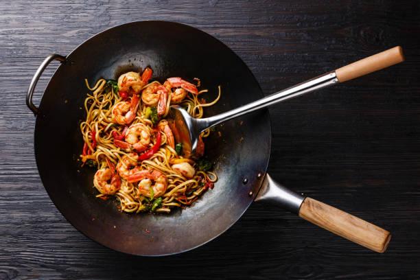 macarrão de udon frito com camarão e legumes na frigideira wok - stir fry - fotografias e filmes do acervo