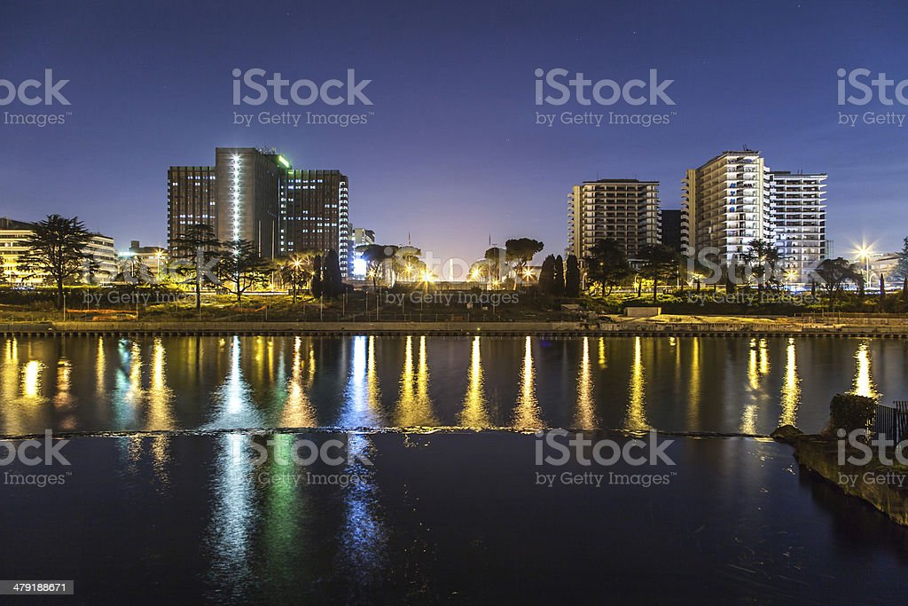 Uffici, veduta notturna con riflesso in acqua. stock photo