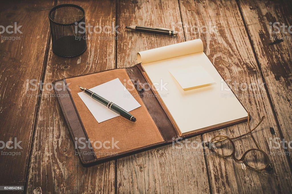 Ufficio con tavolo rustico in legno stock photo