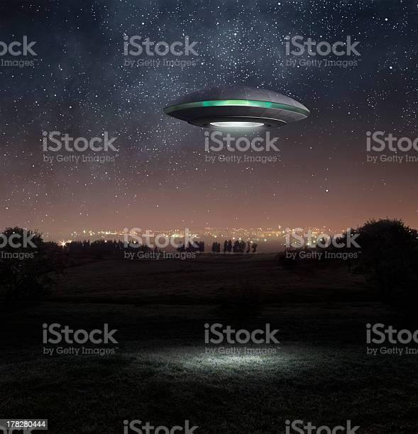 Ufo at night picture id178280444?b=1&k=6&m=178280444&s=612x612&h=zyvmet   mfzvdyviglaue x0tzhuweh1t9u qvafvm=
