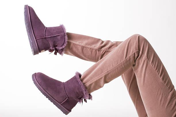 uggs-weiblich australische schuh. - lammfellstiefel stock-fotos und bilder