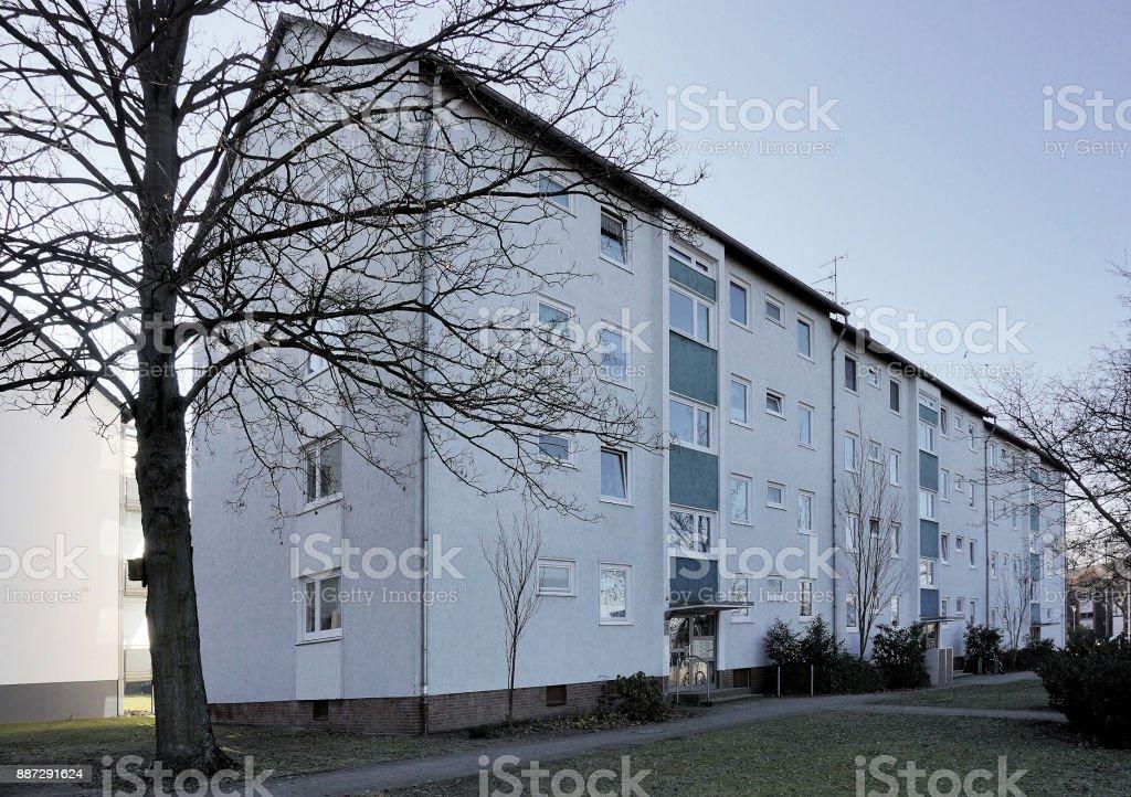Hässliche große Wohnblocks aus den 70er Jahren in einem Vorort mit günstigen Mietwohnungen – Foto