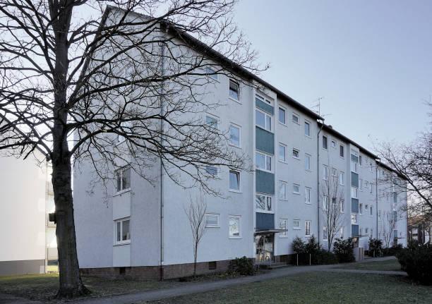 hässliche große wohnblocks aus den 70er jahren in einem vorort mit günstigen mietwohnungen - seniorenwohnungen stock-fotos und bilder