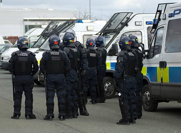 uk policjanci w riot biegu - tarcza broń zdjęcia i obrazy z banku zdjęć