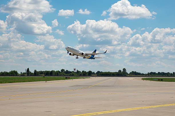 ukraine internationalen fluggesellschaften boeing 767 - b767 stock-fotos und bilder