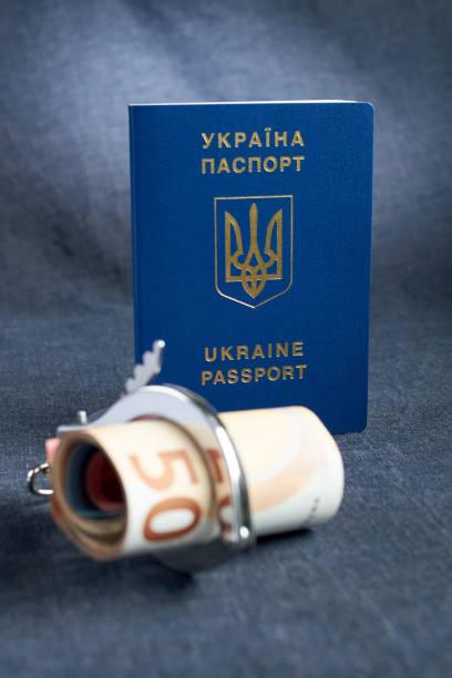 ukrainische biometrischen pass und handschellen auf dem tisch. - geschichte europas stock-fotos und bilder