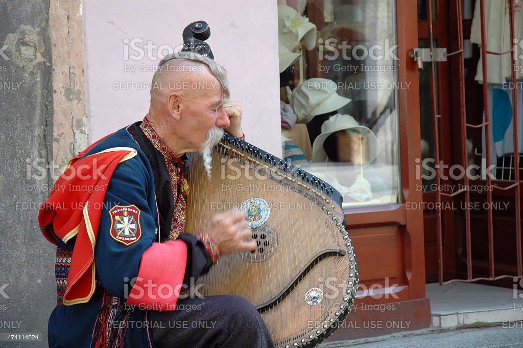 Украинская cossak играет на его bandura инструмент стоковое фото