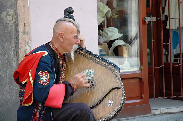 Cтоковое фото Украинская cossak играет на его bandura инструмент