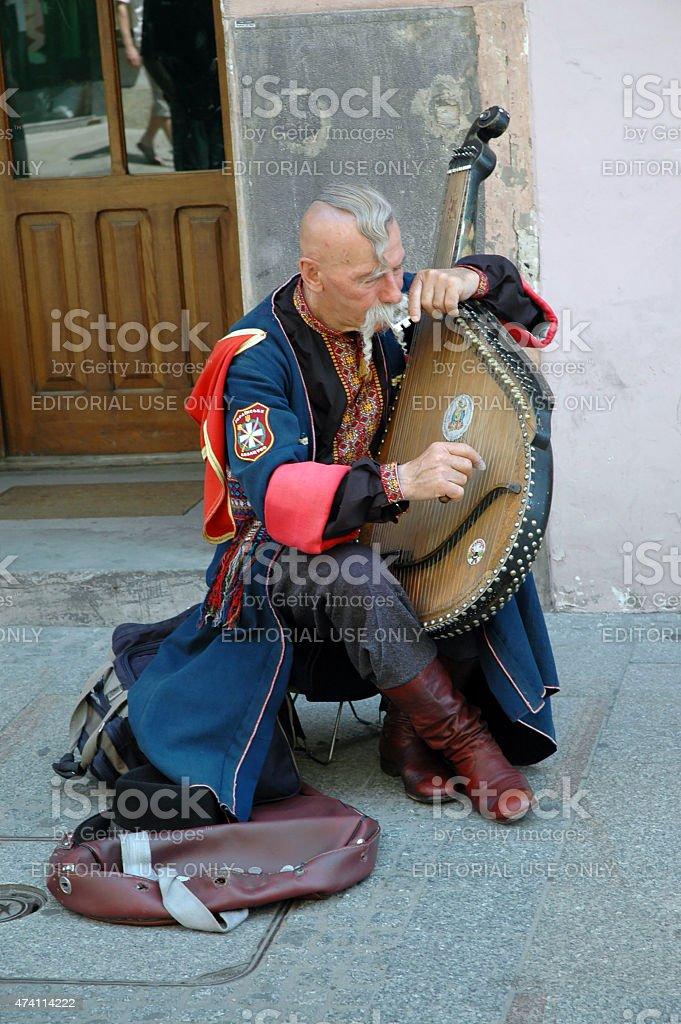 Украинская cossak играет на его bandura стоковое фото