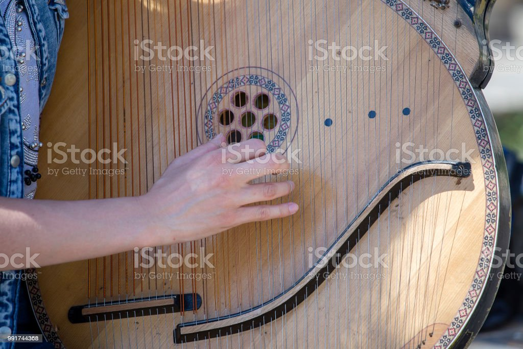 Ukrainian girl playing the harp on the street of Kyiv for passersby, Ukraine стоковое фото