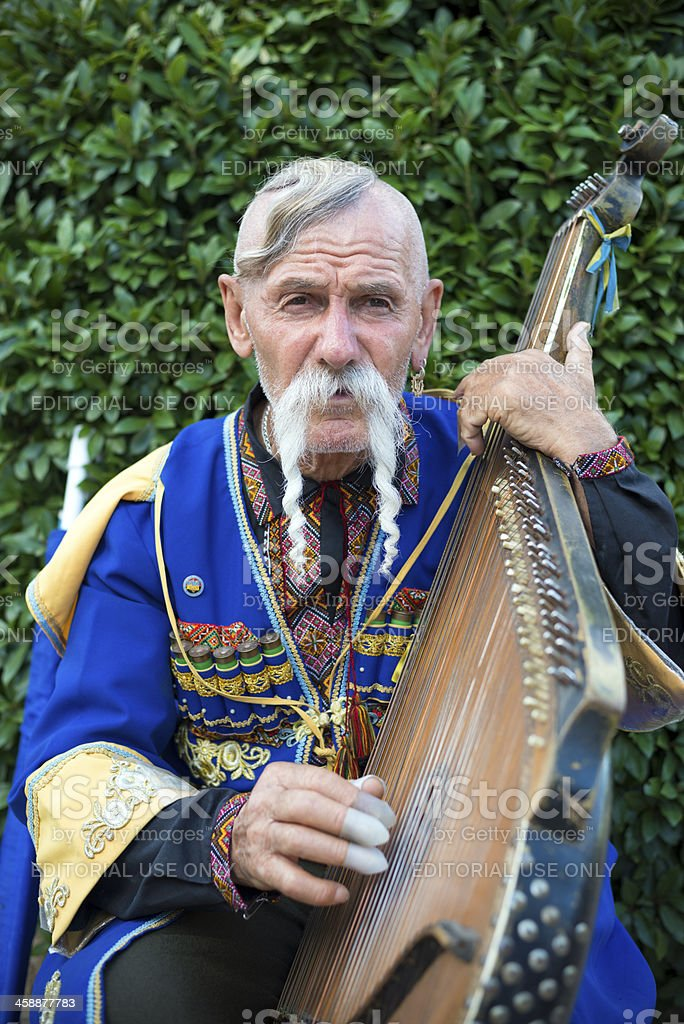 Украинская человек играет bandura за пределами Ялта's Livadia Дворец стоковое фото