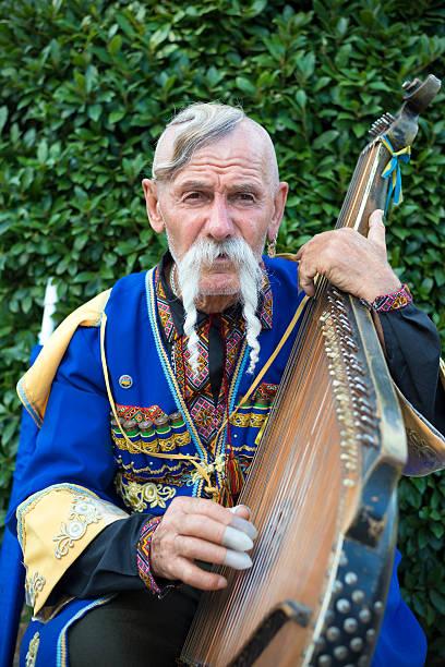 Cтоковое фото Украинская человек играет bandura за пределами Ялта's Livadia Дворец