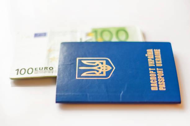 ukrainische reisepass für reisen im ausland auf einem hintergrund von euro-banknoten (visa-regime für ukrainisch, grünes licht für die ukraine, offenes europa - konzept) - geschichte europas stock-fotos und bilder