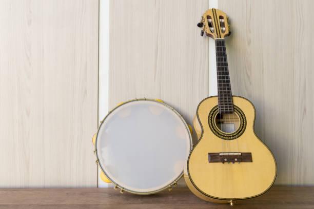 instrumentos cavaquinho e pandeiro - samba imagens e fotografias de stock