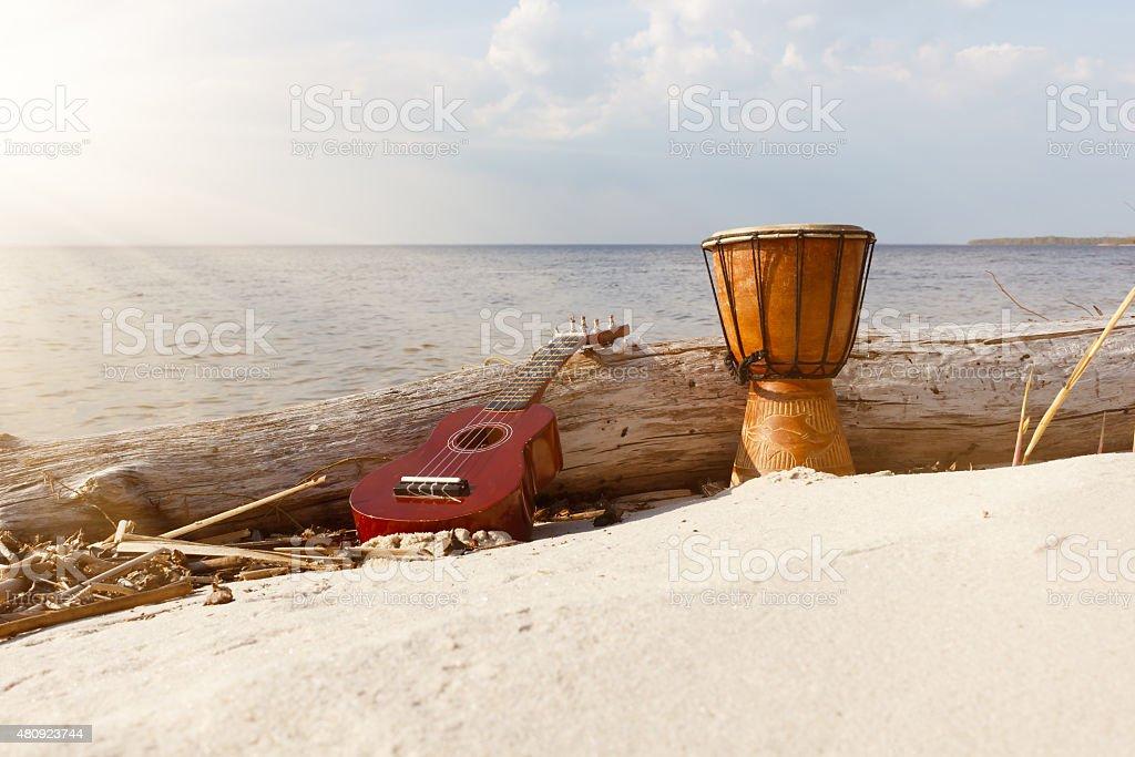 Ukulele & étnica tambor en la soleada playa. - foto de stock