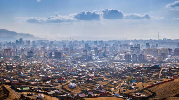 Ulaanbaatar Innenstadt mit Jurten vor der Stadt – Foto