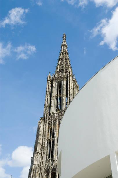 Ulmer Münster Blick auf den Hauptturm des Ulmer Münsters entlang der Fassade des Stadthauses ulm minster stock pictures, royalty-free photos & images