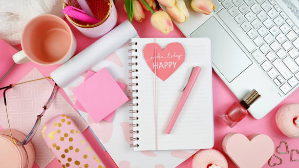 extrem femininer arbeitsraum mit touchscreen-pc-overhead-flachläche. - rosa zitate stock-fotos und bilder