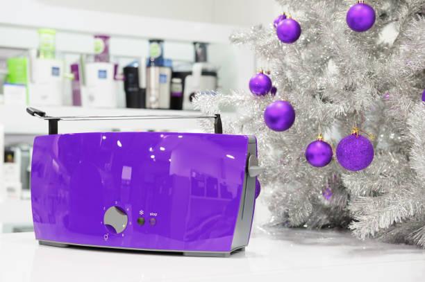 ultraviolet haushaltsgeräte zu speichern, zu weihnachten - küche deko lila stock-fotos und bilder