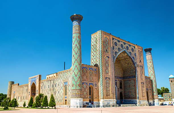 ulugh beg madrasah on registan square - samarkand, uzbekistan - oezbekistan stockfoto's en -beelden