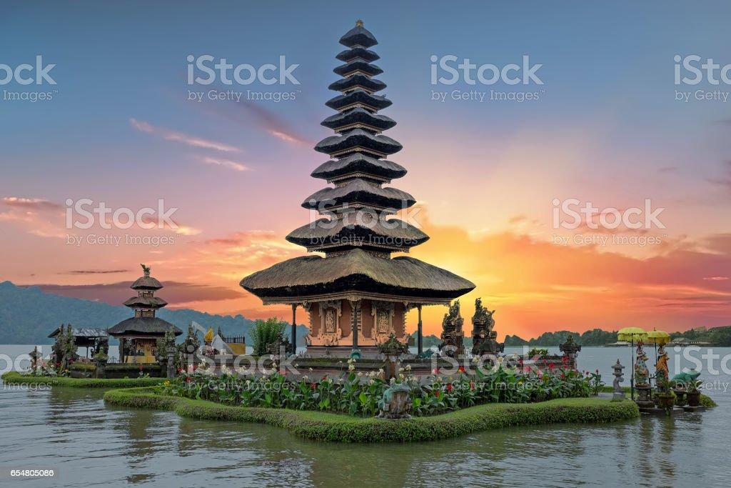 Ulun Danu Tempel Beratan Lake in Bali Indonesië bij zonsondergang foto