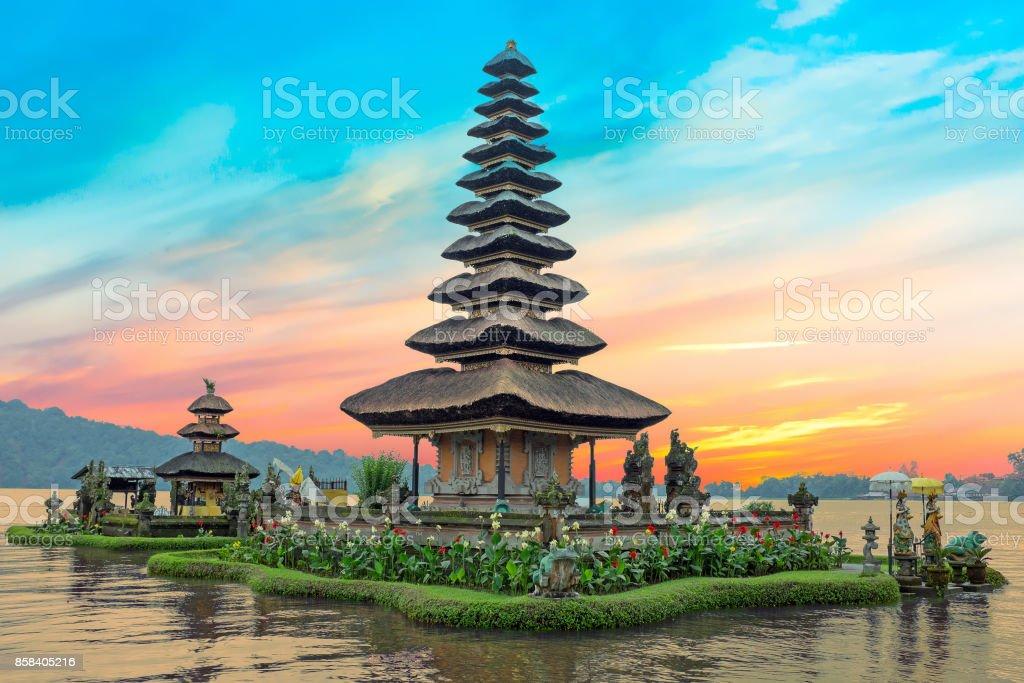 Lago de Ulun Danu Beratan de templo en Bali, Indonesia al atardecer - foto de stock