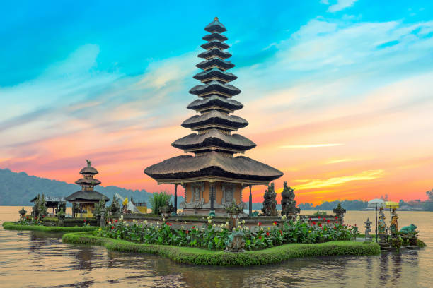 ulun danu tempel beratan lake in bali indonesië bij zonsondergang - bali stockfoto's en -beelden