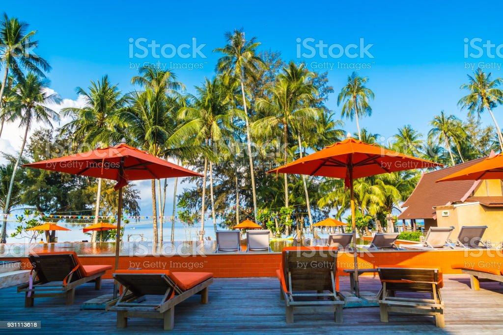 Şemsiye ve Yüzme Havuzu etrafında sandalye - Royalty-free Ahşap veranda Stok görsel