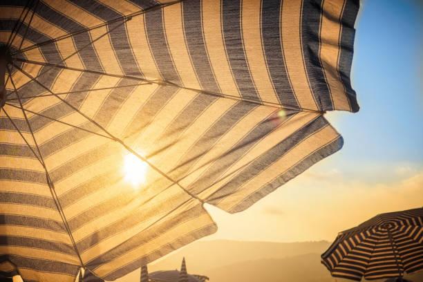 우산과 앞에 일몰에 태양 - 자외선 차단 뉴스 사진 이미지