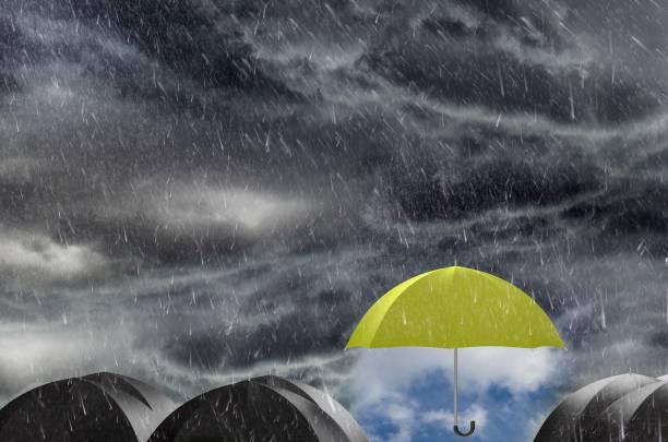 Paraguas de limpiar el cielo lluvioso - foto de stock