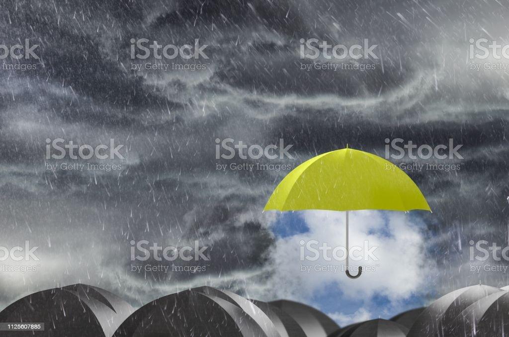 Dach reinigen den regnerischen Himmel – Foto
