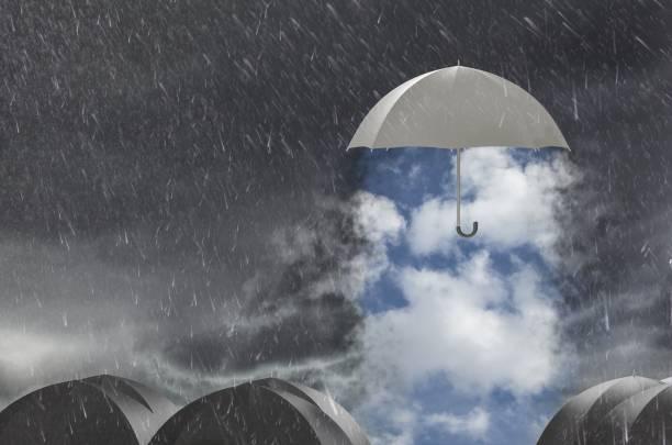 Dach reinigen das stürmische Wetter, Konzept von Schutz und Sicherheit – Foto